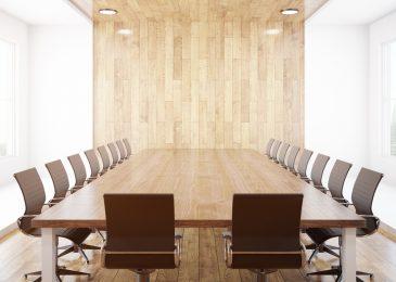 Tyhjä kokoushuoneen pöytä